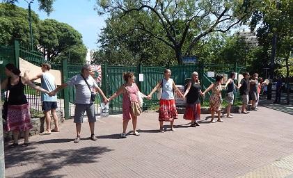 Los vecinos realizan un abrazo a la plaza de Villa del Parque