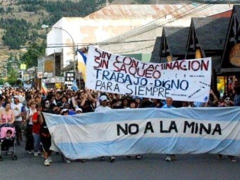 Las calles de Esquel desbordaron contra la cumbre minera de Telsen